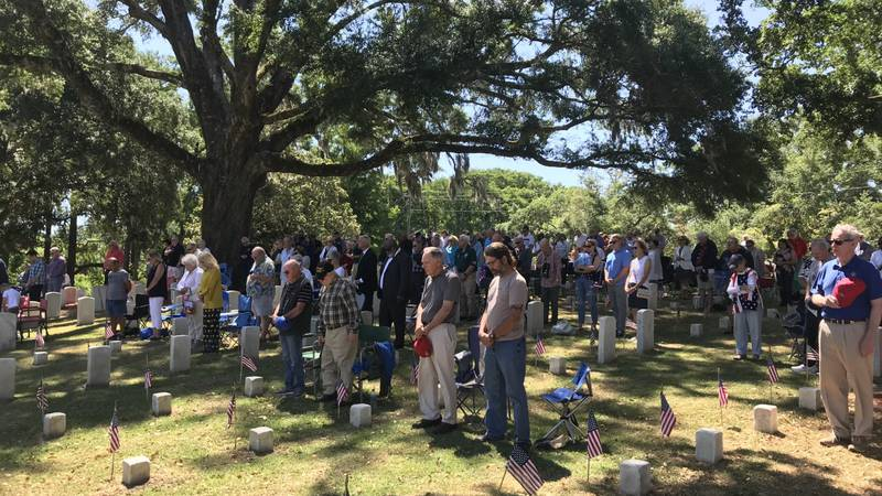 Hundreds gather at Wilmington National Cemetery